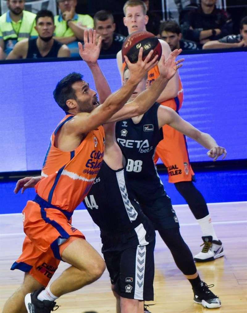 El jugador del Valencia Basket Fernando San Emeterio entra a canasta ante el RETAbet Bilbao. EFE