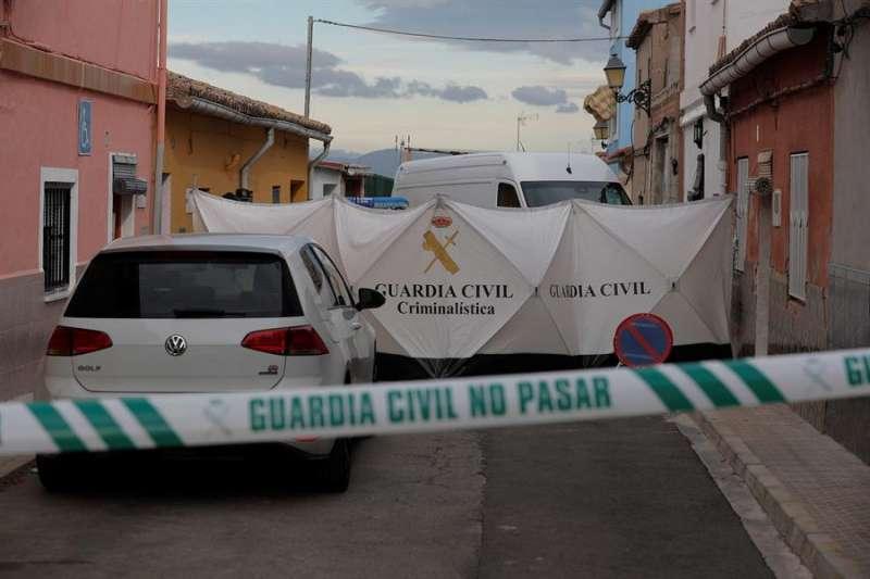 Miembros de criminalística de la Guardia Civil registran el piso del sospechoso en la localidad valenciana de Manuel. EFE/Kai Försterling