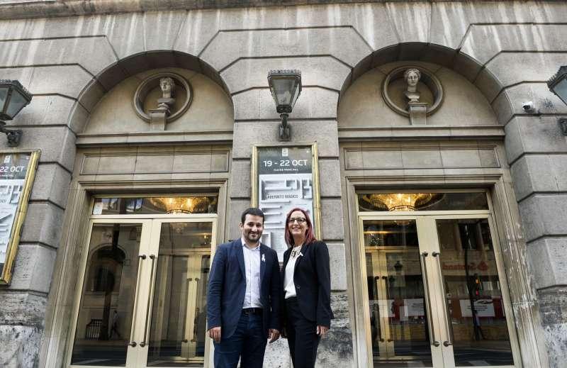 El conseller Vicent Marzà i la vicepresidenta Maria Josep Amigó davant la façana del Teatre Principal. EPDA