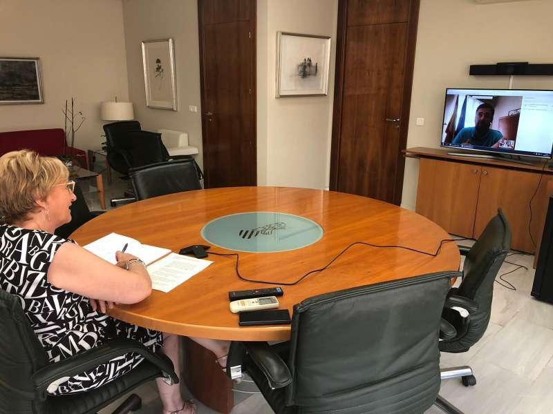 La consellera mantiene una reunión con el alcalde de Rafelbunyol. EPDA