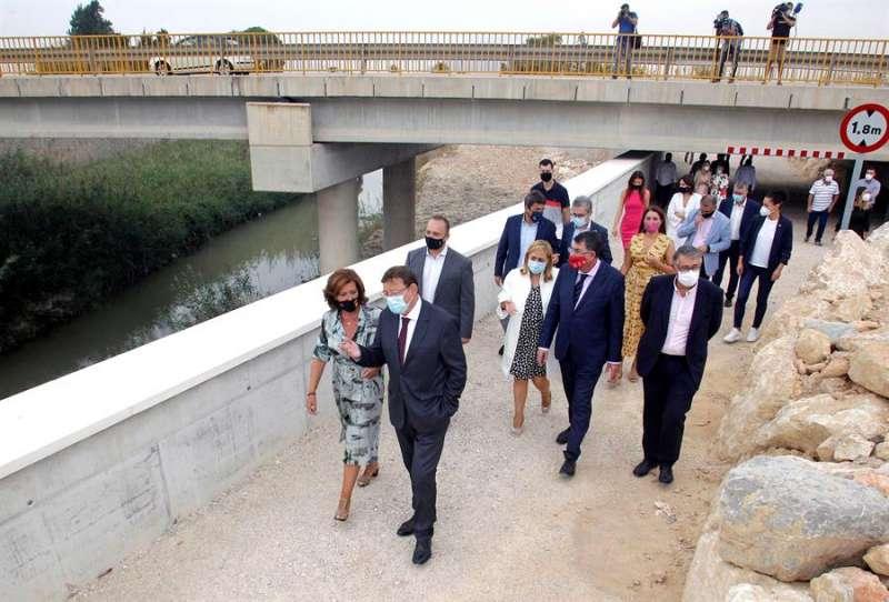 El president de la Generalitat, Ximo Puig, acompañado de la alcaldesa de Almoradí, María Gómez. EFE