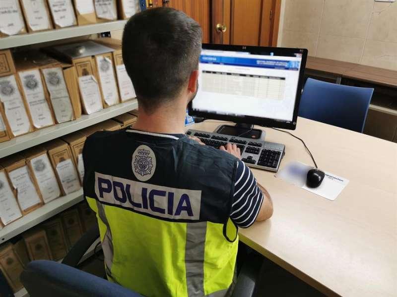 En agente de la Policía trabaja en una operación. EFE/Policía Nacional