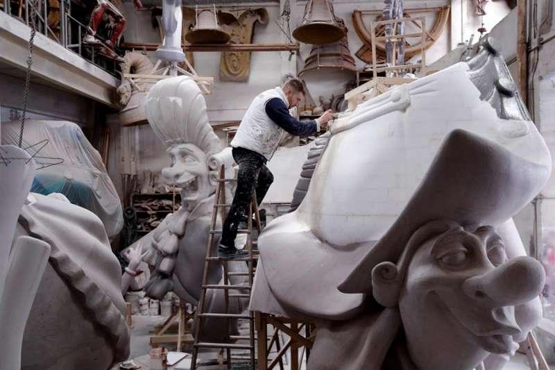 Un artista fallero trabaja en un monumento que este año no será montado. EFE/Biel Aliño/Archivo