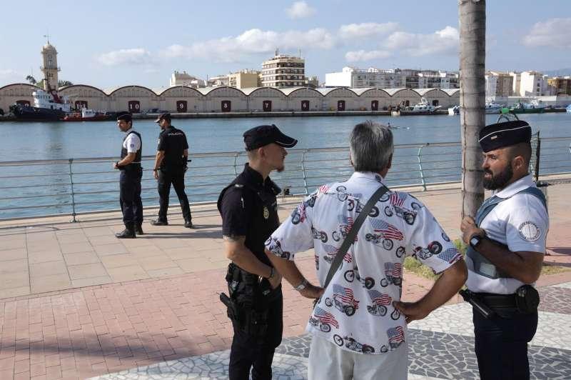 Agentes policiales en el paseo marítimo de Gandia.