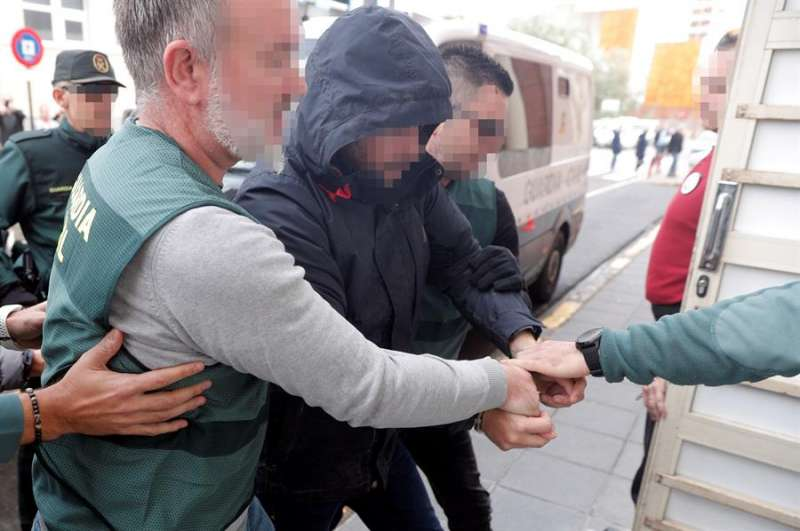 El sospechoso de la muerte de Marta Calvo, Jorge Ignacio P.J., de 38 años, a su llegada al Juzgado 6 de Alzira (Valencia), que se encargará de la instrucción del sumario sobre los hechos, en una imagen de días atrás. EFE/Kai Försterling