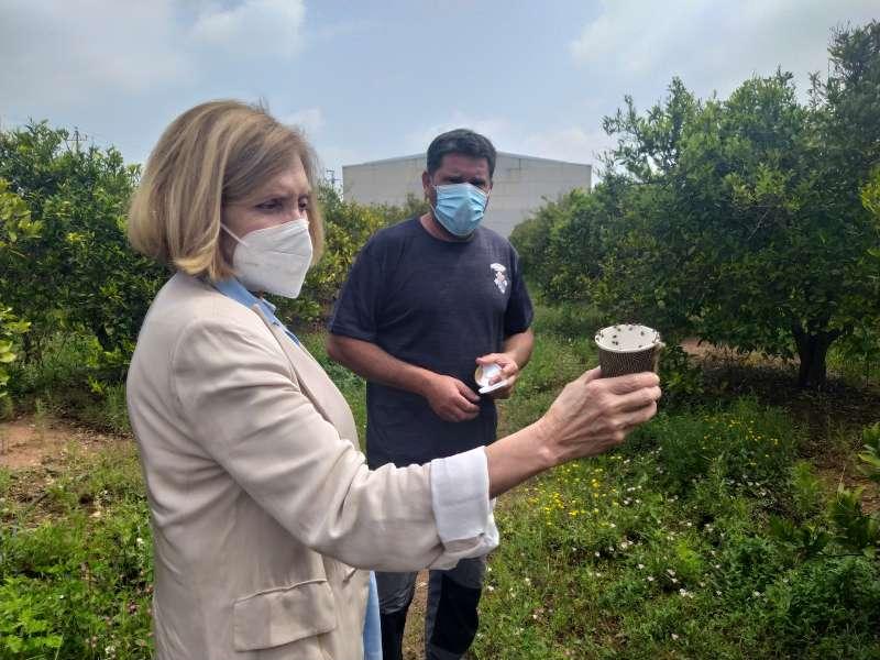 La alcaldesa sosteniendo un recipiente con la especie. EPDA.