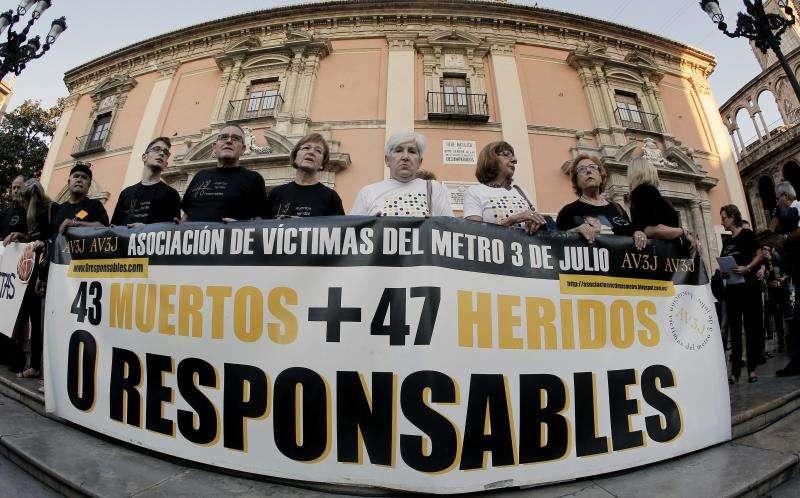 La Asociación de Víctimas del Metro 3 de Julio, en una concentración mensual de recuerdo a las 43 personas que murieron en el accidente de Metrovalencia de 2006. EFE/Archivo