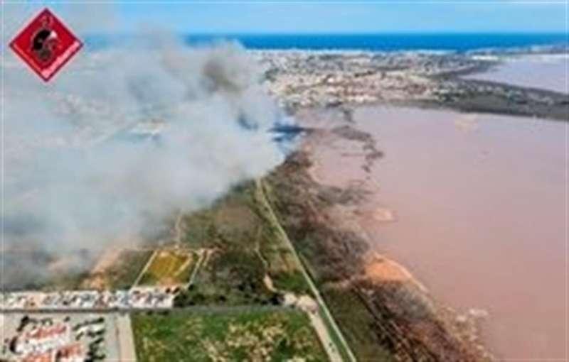 El incendio, en una imagen del Consorcio de Bomberos de Alicante tomada ayer.