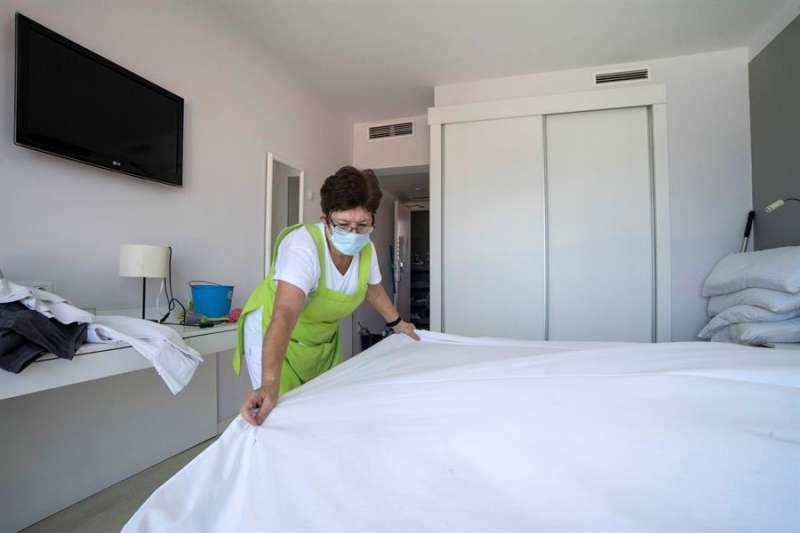 Trabajadora de un hotel. EFE/ David Arquimbau Sintes
