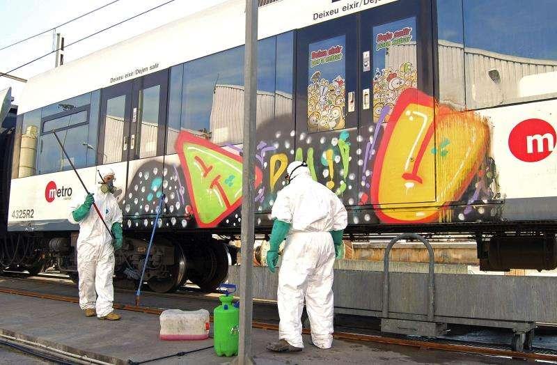 Fotografía de archivo, que fue facilitada en 2012 por Ferrocarrils de la Generalitat Valenciana, de la limpieza de grafitis pintados en vagones. EFE/Archivo