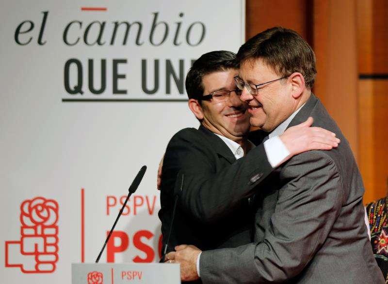 El president de la Generalitat y secretario general del PSPV-PSOE, Ximo Puig (d), saluda a Jorge Rodríguez. EFE/Archivo