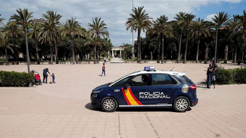 Agentes de la Policía Nacional circulan por València. Archivo/EFE/Manuel Bruque