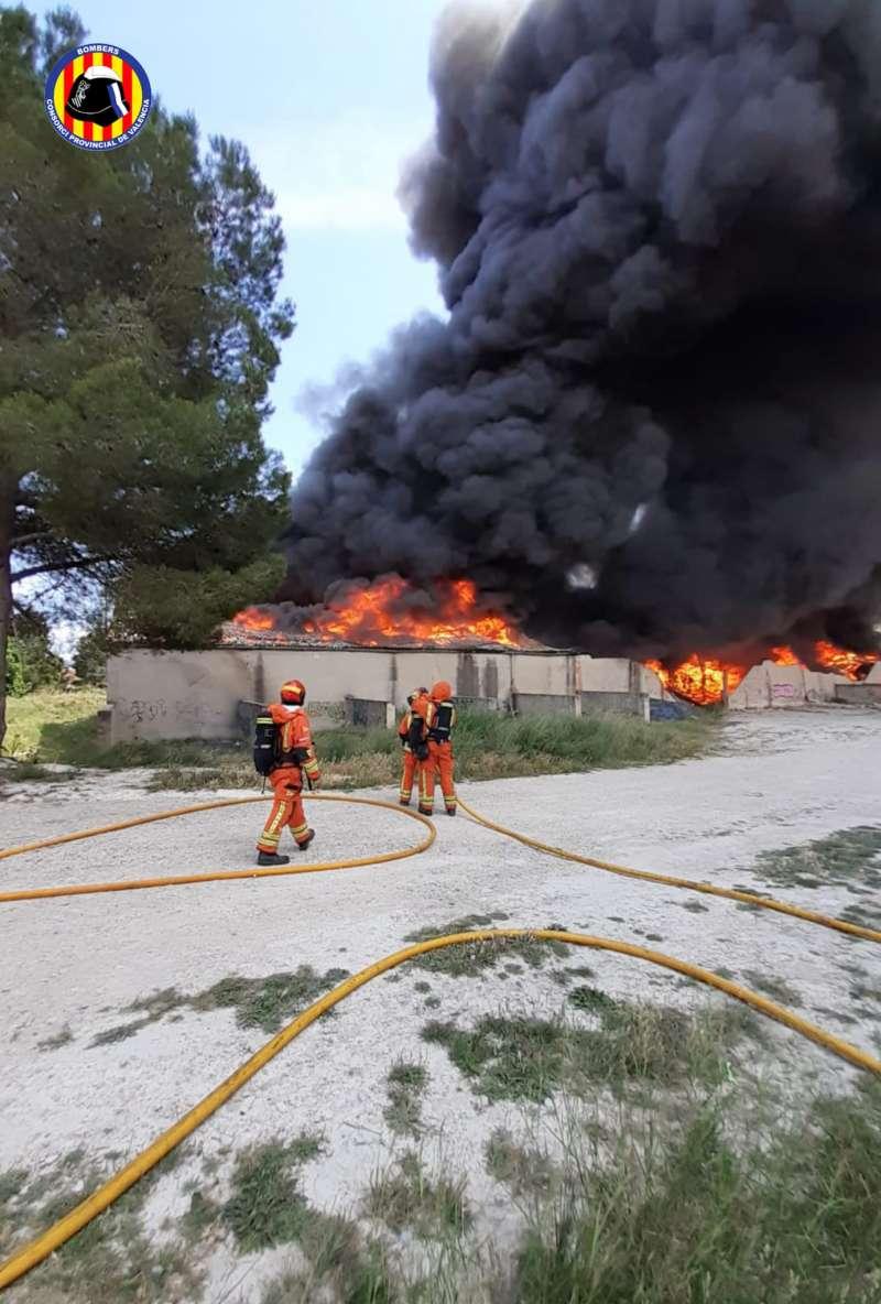 Los bomberos sofocan las llamas