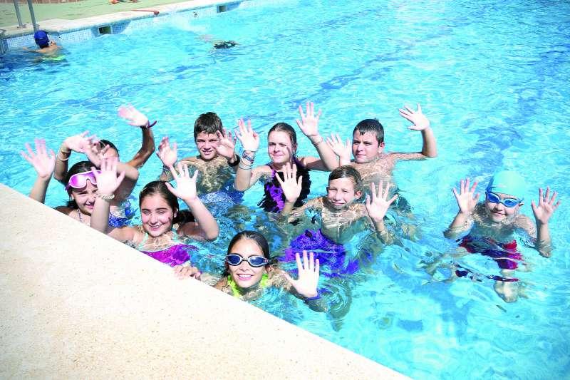 Los jóvenes disfrutan en la piscina de Caxton College durante el verano. / EPDA