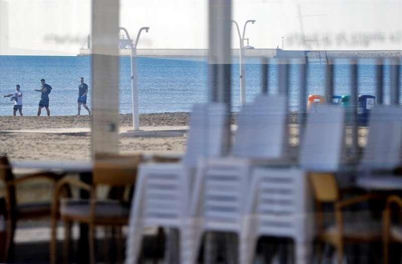 Vista general de un restaurante de la playa de la Malvarrosa de València con las mesas recogidas. EFE/Manuel Bruque/Archivo