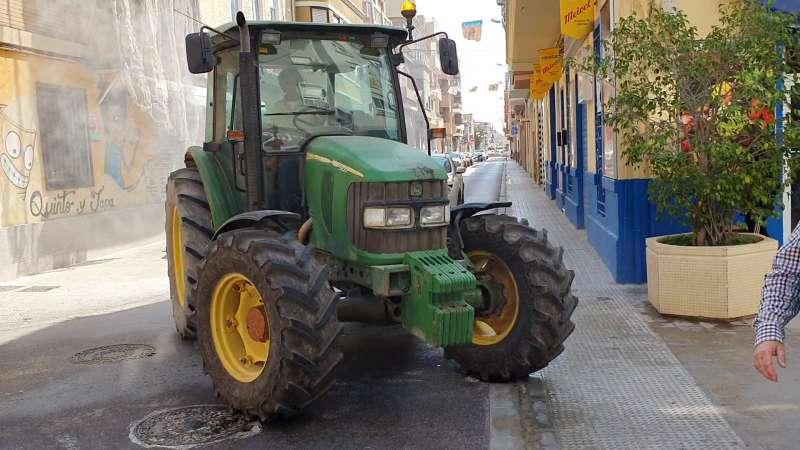 Tractor desinfectando