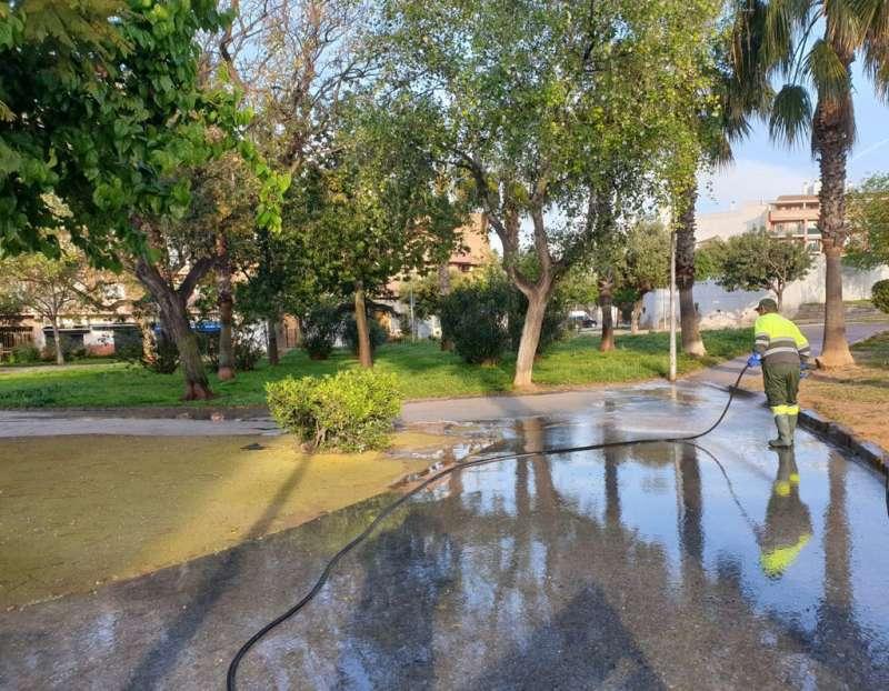 Un operario de limpieza baldea un parque de Paterna