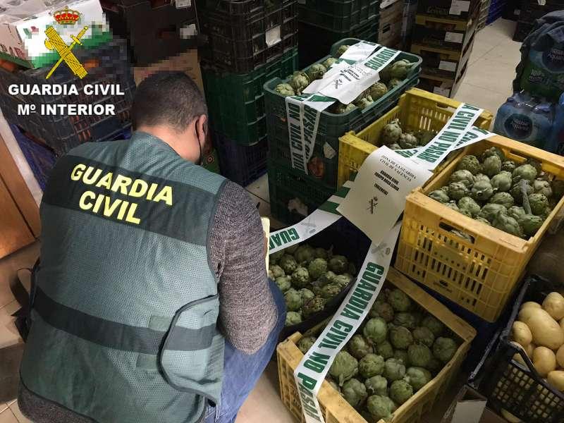 La Guardia Civil examina el cargamento de alcachofas sustraído. / EPDA