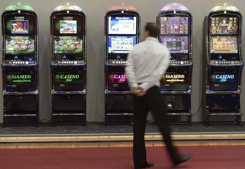 Imagen de archivo de un visitante observa una máquina de juego. EFE