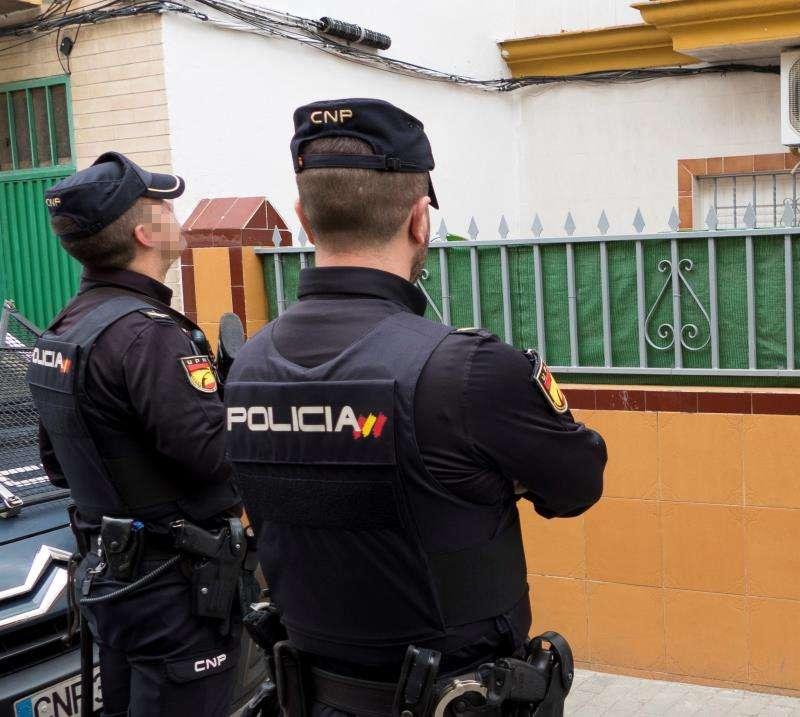 Dos policías durante una operación. EFE/Archivo