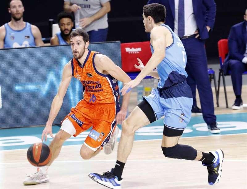 El base del Valencia Basket Guillem Vives (izda), controla el balón ante el jugador del Movistar Estudiantes, Edgar Vicedo. EFE/Zipi