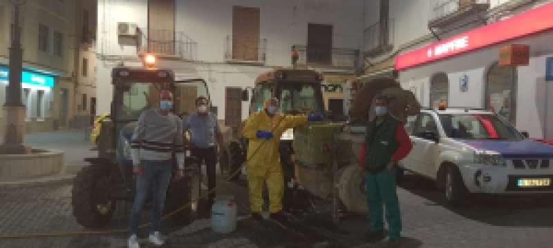 Agricultores saliendo a desinfectar
