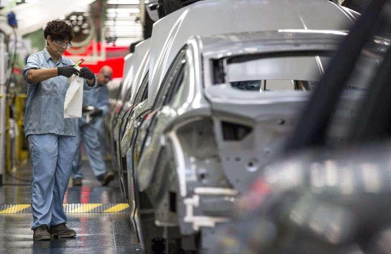 Varios trabajadores de la planta de pintura de Ford en Almussafes (Valencia). EFE/Manuel Bruque.