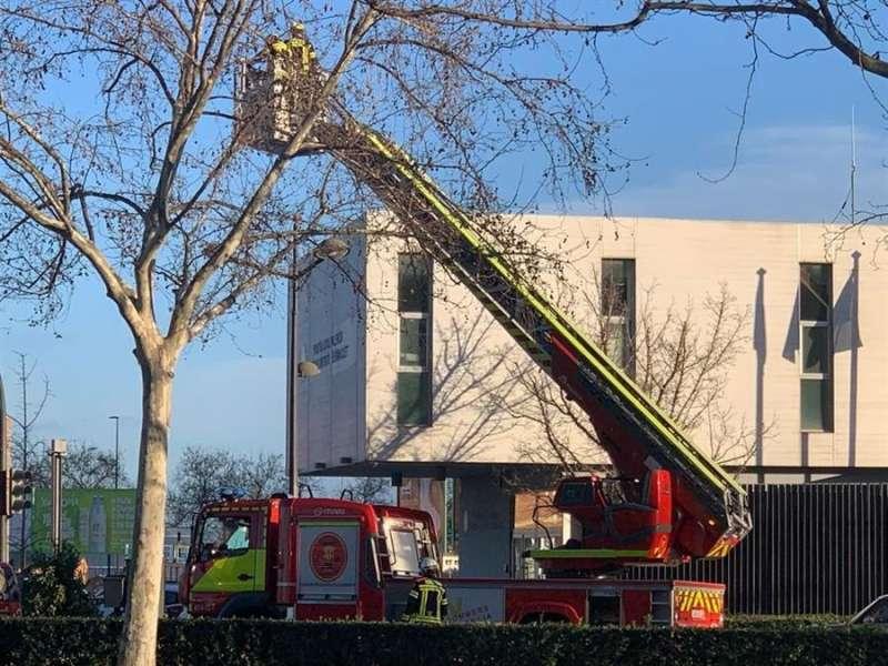Actuación de los bomberos en València por el viento / EFE