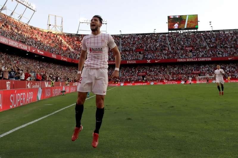 El delantero del Sevilla Rafa Mir celebra el 3-0 ante el Valencia en el partido correspondiente a la jornada 6 de LaLiga Santander de este miércoles en el estadio Sánchez Pizjuán de Sevilla. EFE/Julio Muñoz
