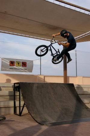 El skate board ocupó también buena parte del día en el que los amantes de las acrobacias vivieron una tarde extrema con el espectacular campeonato de saltos de BMX. Foto: EPDA.