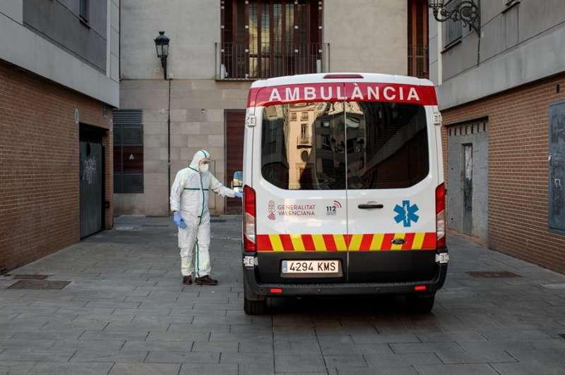 Un sanitario junto a una ambulancia en una imagen de archivo. EFE/Archivo