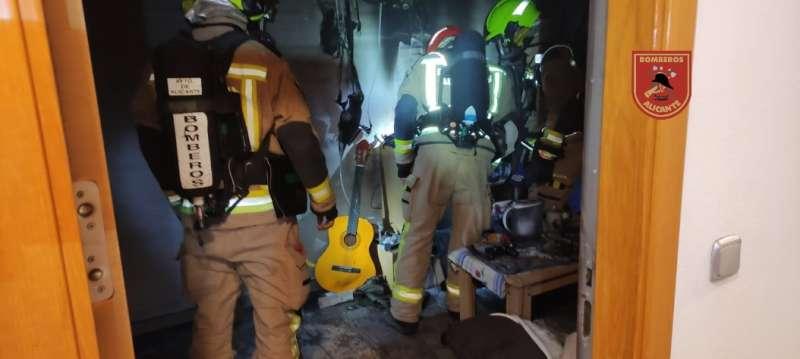 Bomberos en el incendio de los apartamentos / EPDA