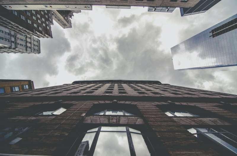 Varios edificios desde abajo / EPDA