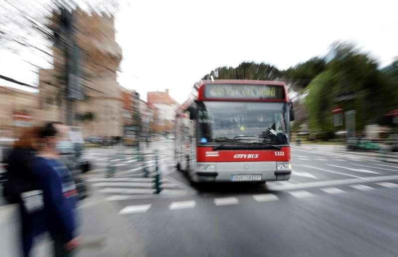 Vista general de un autobús de la Empresa Municipal de Transportes (EMT) llegando a una parada cuando este lunes el pleno del Ayuntamiento de València debate las propuestas de la oposición para que el alcalde informe sobre la creación de una comisión de investigación del incendio ocurrido en las cocheras de la EMT el pasado 5 de diciembre. EFE/Manuel Bruque.