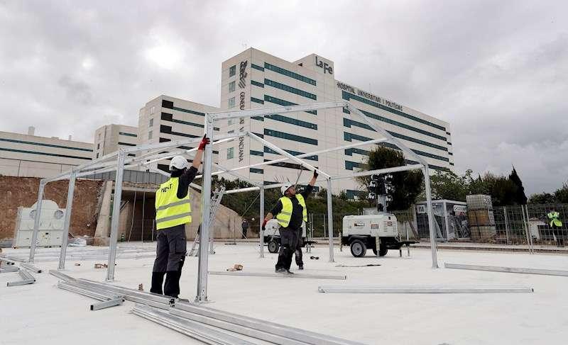 Unos operarios trabajan en la estructura del hospital de campaña de València que se está levantando junto al hospital La Fe. EFE