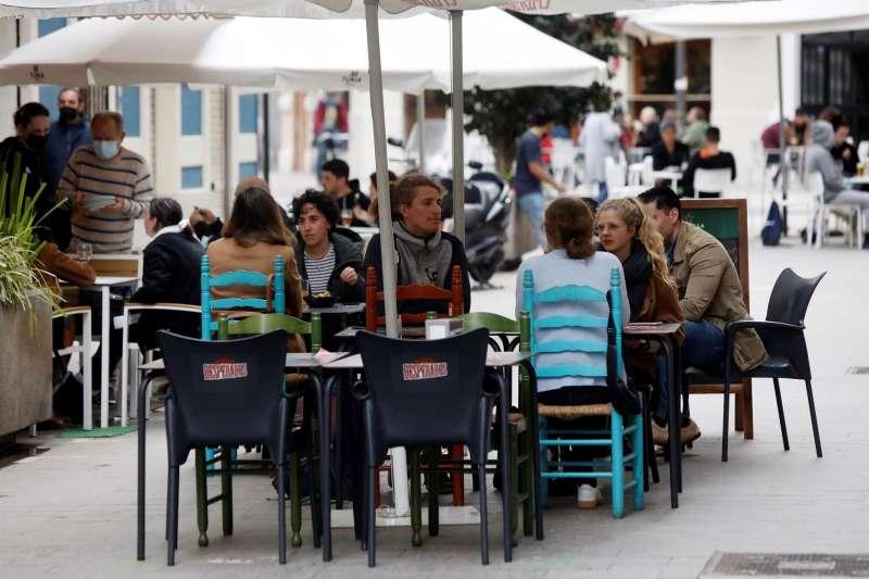 Varias personas disfrutan en la terraza de un bar. EFE/Biel Aliño/Archivo