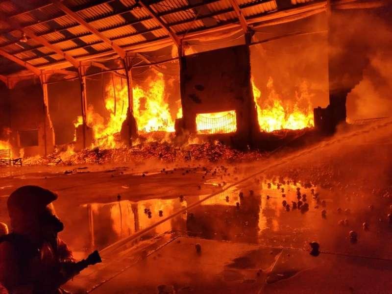 Imagen cedida por el Consorcio Provincial de Bomberos del incendio del almacén de cebollas en la Pobla de Vallbona. EFE