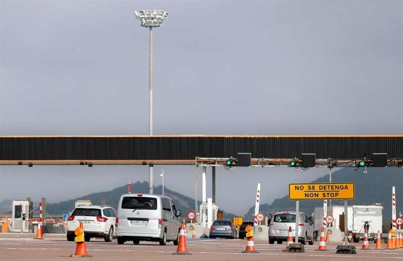 Varios vehículos cruzan el área de la autopìsta AP-7 en Sagunto (Valencia). EFE