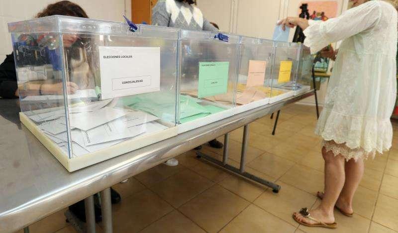 Una persona ejerce su derecho al voto en las últimas elecciones. EFE/Archivo