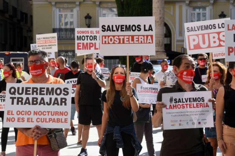 Hosteleros protestan en Valencia por las restricciones en el sector
