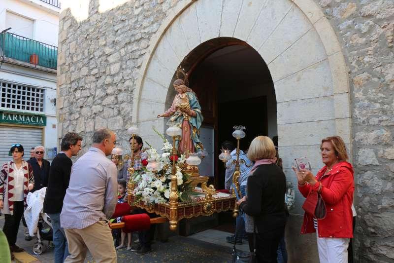 La imagen de la Virgen entrando en la iglesia