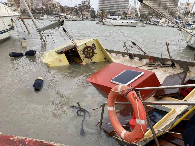 Vaixells enfonsats en el port esportiu de La Pobla de Farnals. EPDA