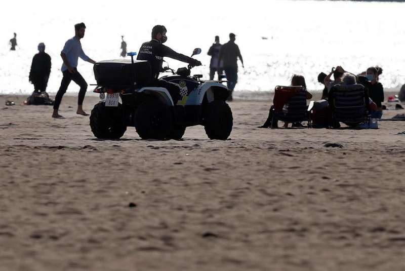 La Policía Local patrulla hoy por la playa de la Malvarrosa de València