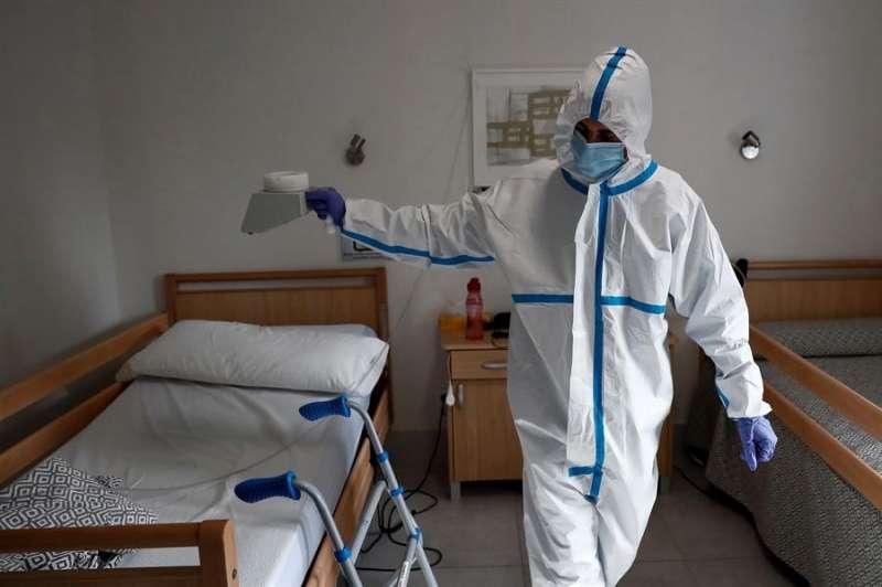 Un operario trabaja en la desinfección de una residencia, en una imagen de estos días. EFE/Mariscal