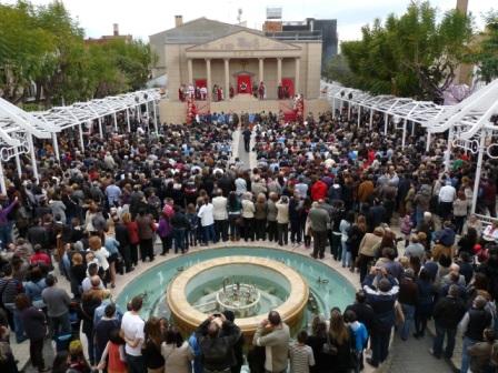 Los más de 70 actores del grupo La Pasión han representado la escena sacra del juicio de Jesús ante Pilatos. FOTO: EPDA