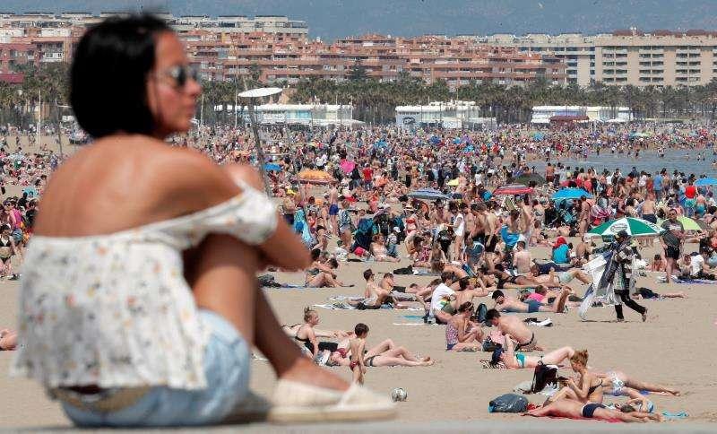 Un gran número de personas se ha acercado a la playa de la Malavarrosa. EFE/Kai Försterling