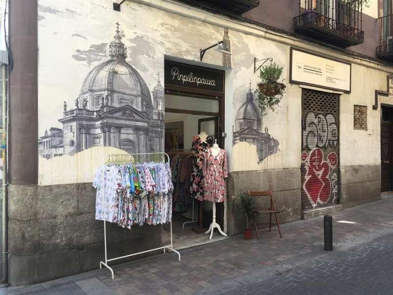 Una tienda de ropa en un bario. EFE/Macarena Soto/Archivo