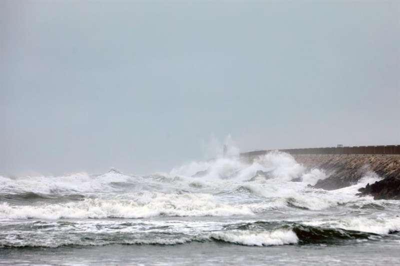 Imagen de archivo del oleaje en la costa valenciana. EFE/ Natxo Frances/ Archivo