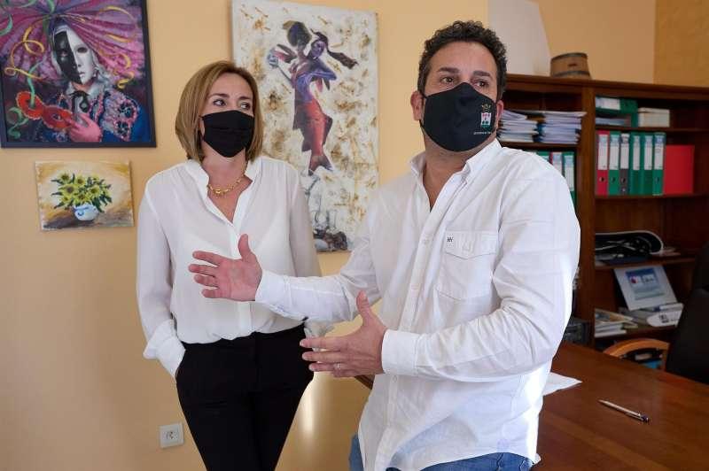 Ximo Coll y Carolina Vives, matrimonio y alcaldes de El Verger y Els Poblets respectivamente, posan para EFE tras la polémica surgida por haberse vacunado contra la COVID-19 en el Centro de Salud de El Verger porque sobraban dosis.