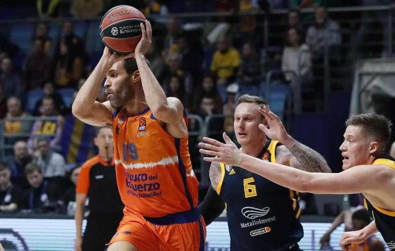 Fernando San Emeterio en una acción de la victoria del Valencia Basket en Moscú. EFE/EPA/MAXIM SHIPENKOV